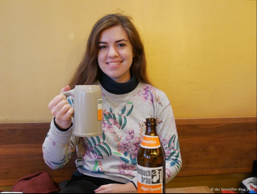 Katy trinkt deutsches Bier